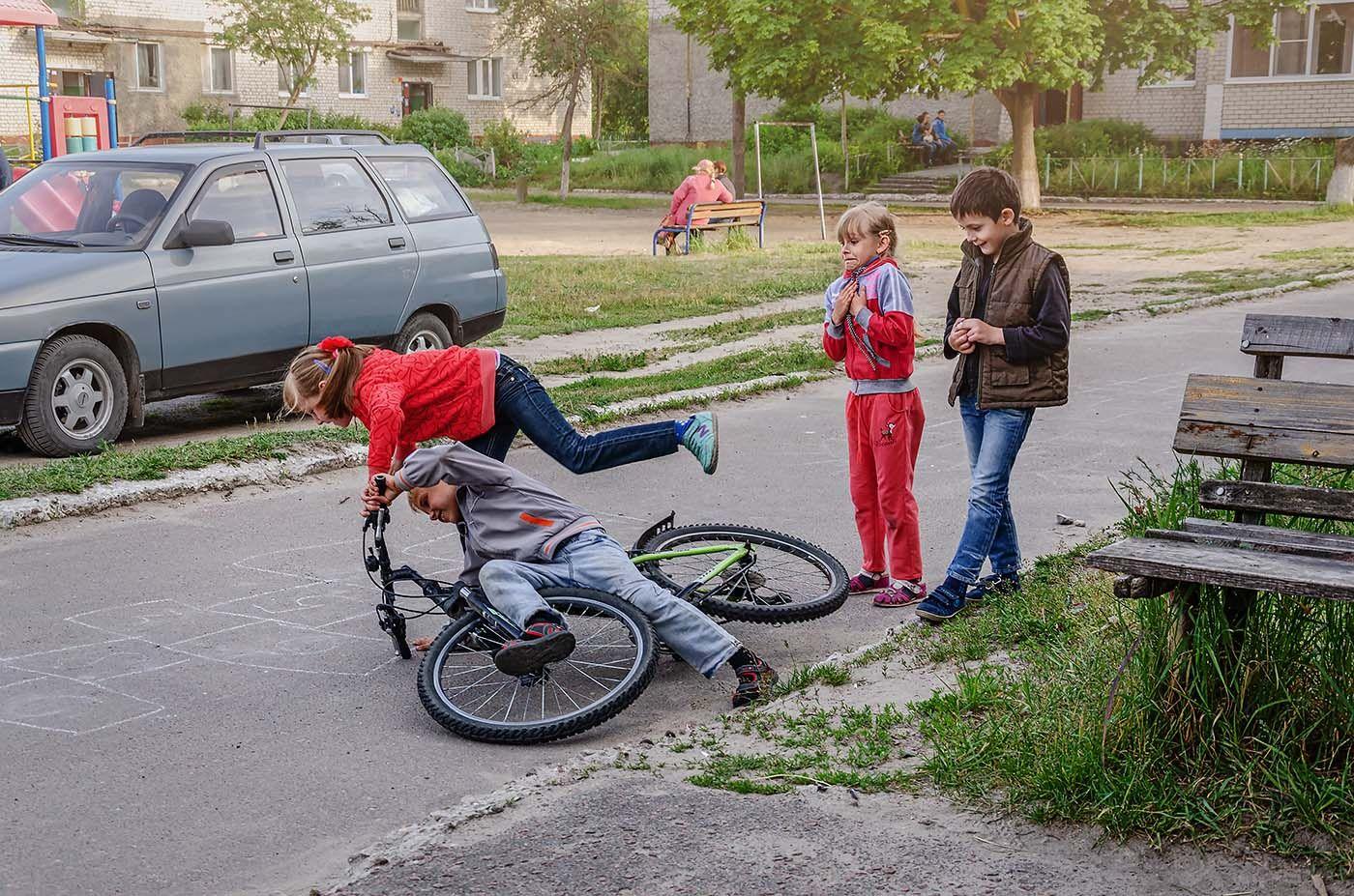Падение дети двор велосипед