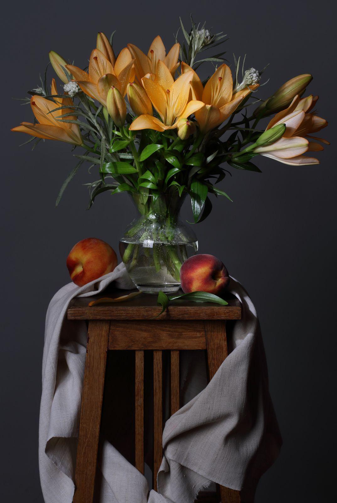 Лилии Лилии цветы букет натюрморт ваза лето персики фрукты урожай сезон флора дрепировка