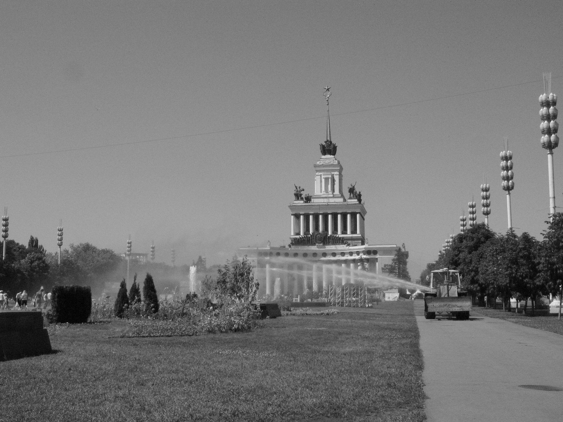 ВДНХ - памятник Союзу ВДНХ Москва Бытовая сцена