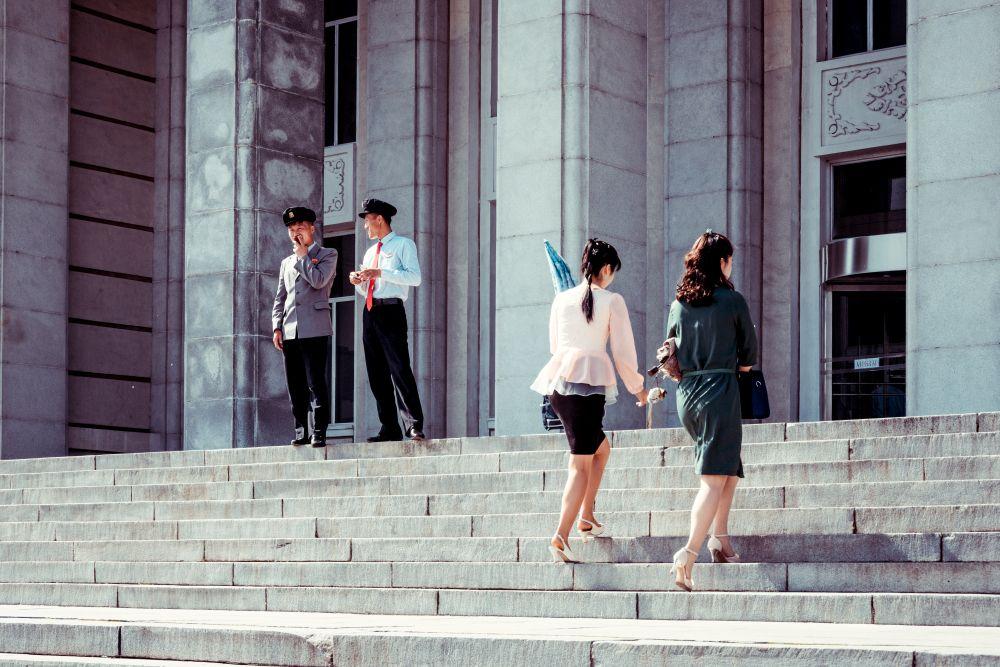 Из серии «Чосон» Корея Северная КНДР репортаж документальная социализм идеология жизнь культура город архитектура библиотека форма одежда мода стиль студенты парни девушки