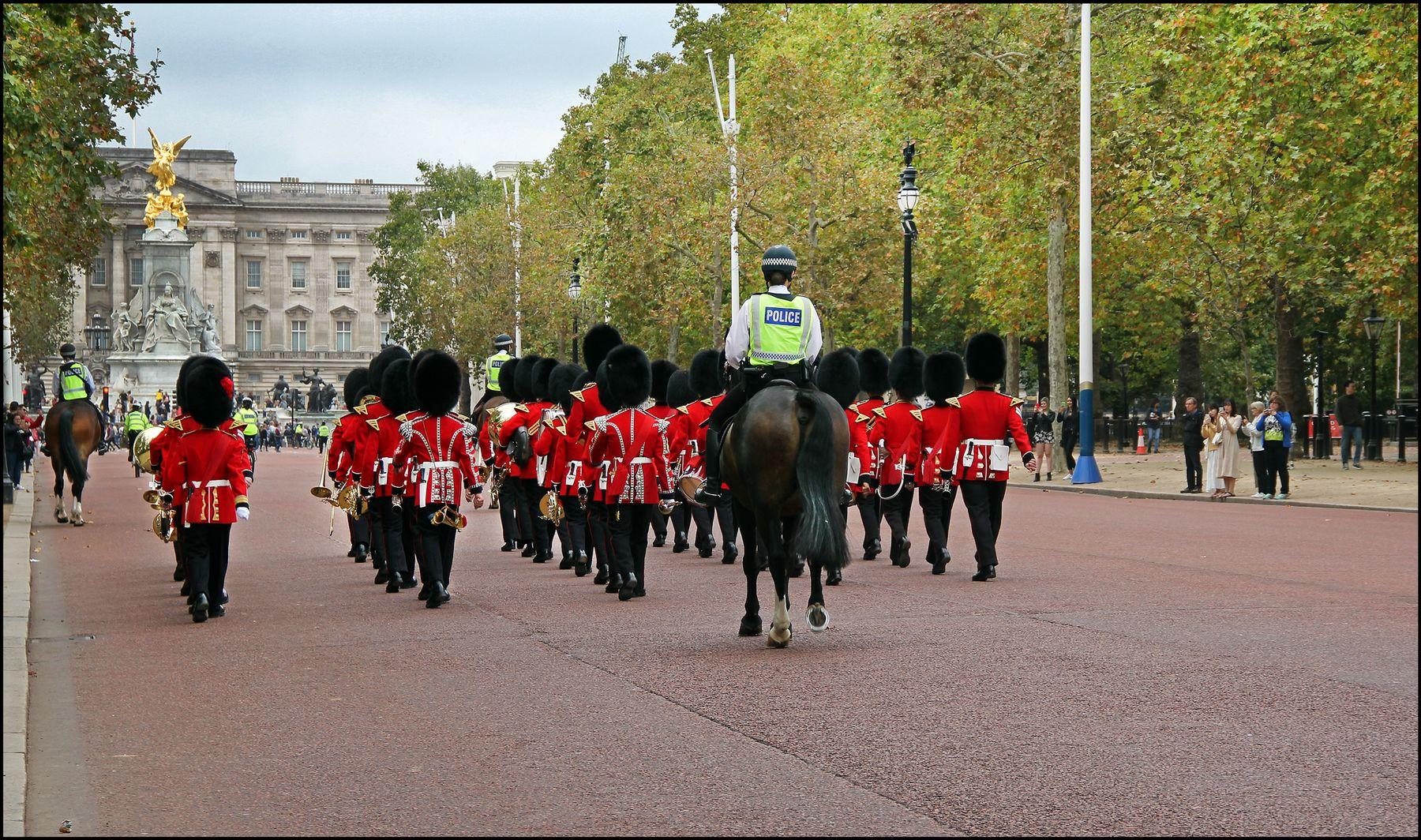 К Букингему под охраной... Лондон Букингемский дворец Резиденция королевы Королевская гвардия оркестр