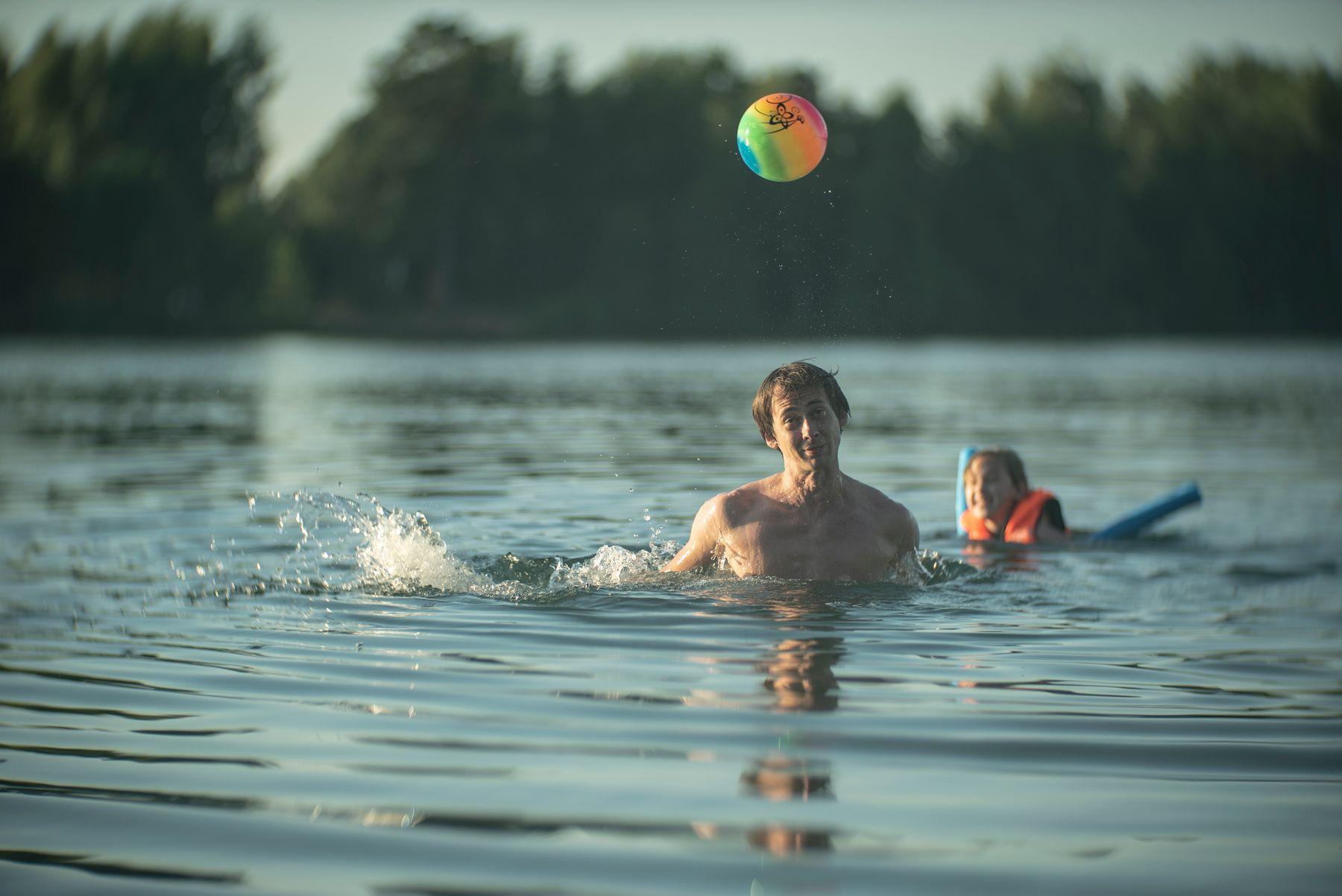 Водные процедуры с мячом