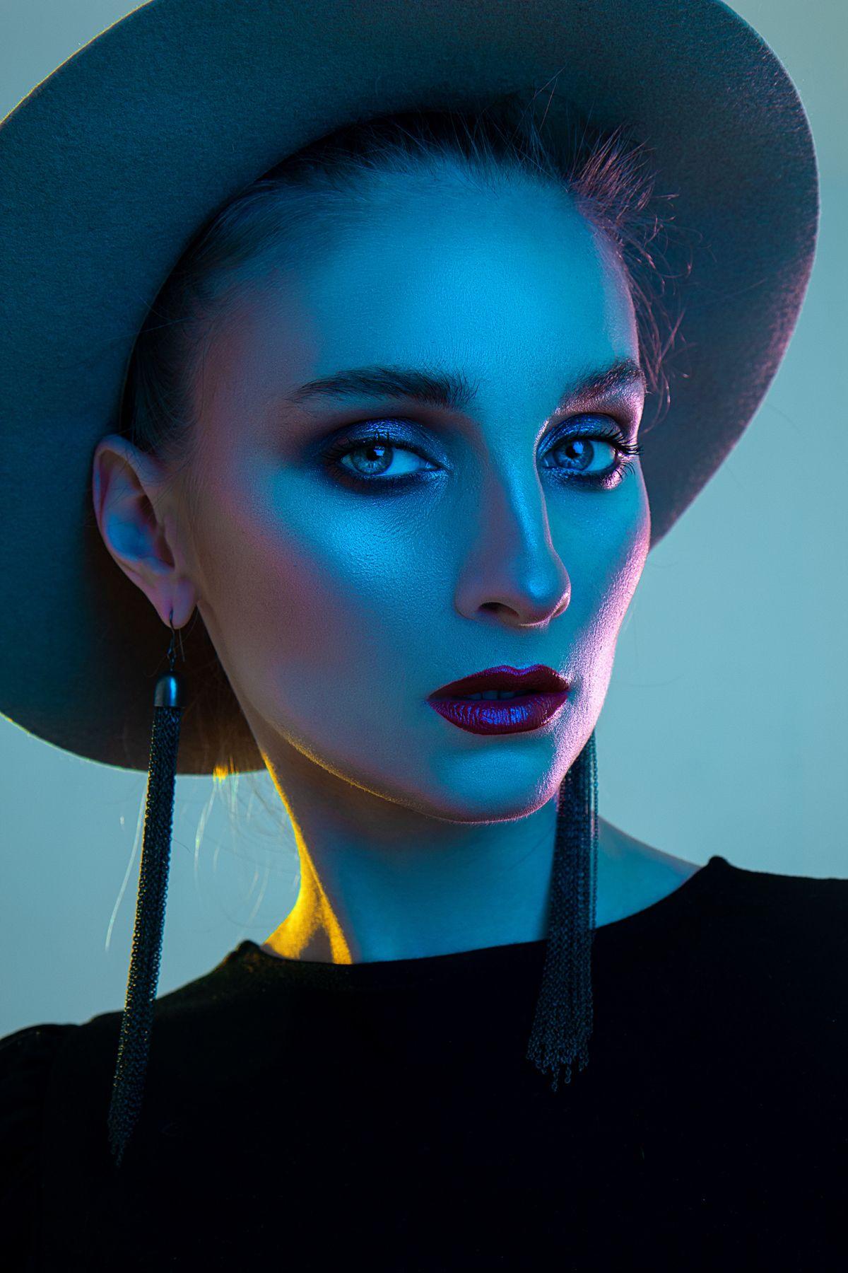 Катя портрет цветной свет фотостудия студийный цветные вспышки