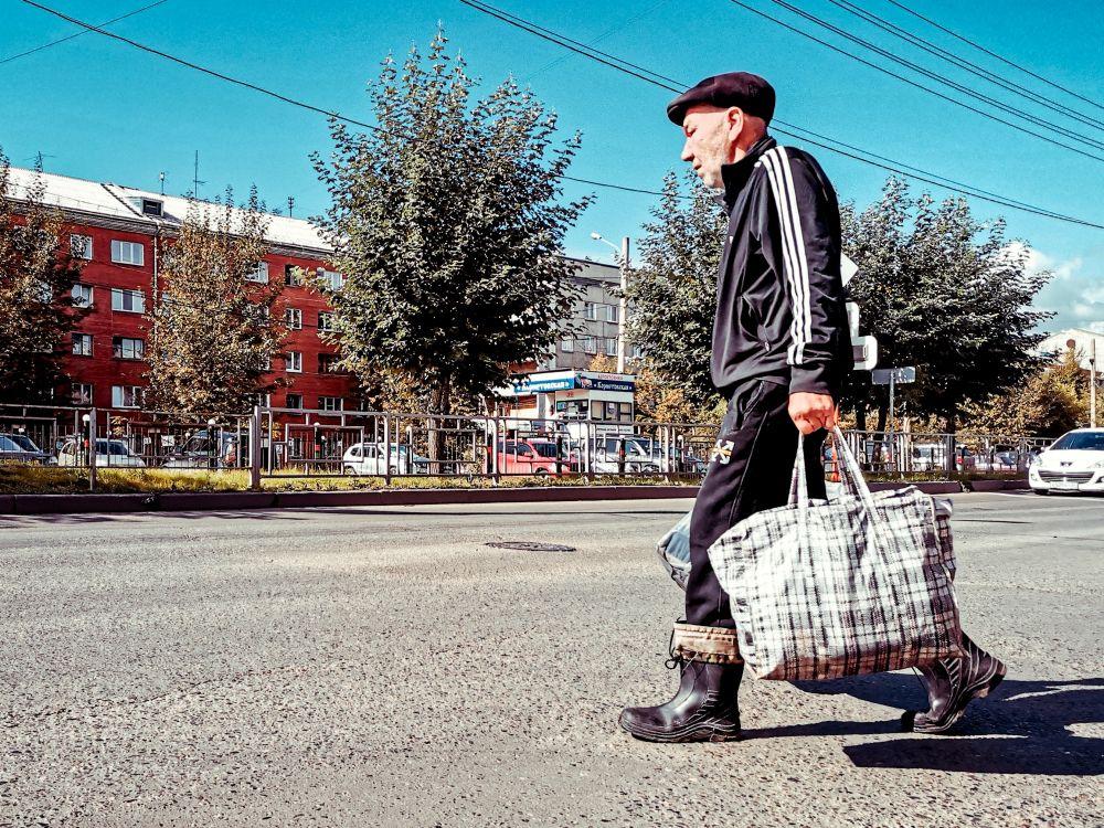 Из серии «Уличная экзистенция» Россия стрит фото улица люди фотограф наблюдения экзистенция город мужчина сумки сапоги кепка костюм социум общество жизнь