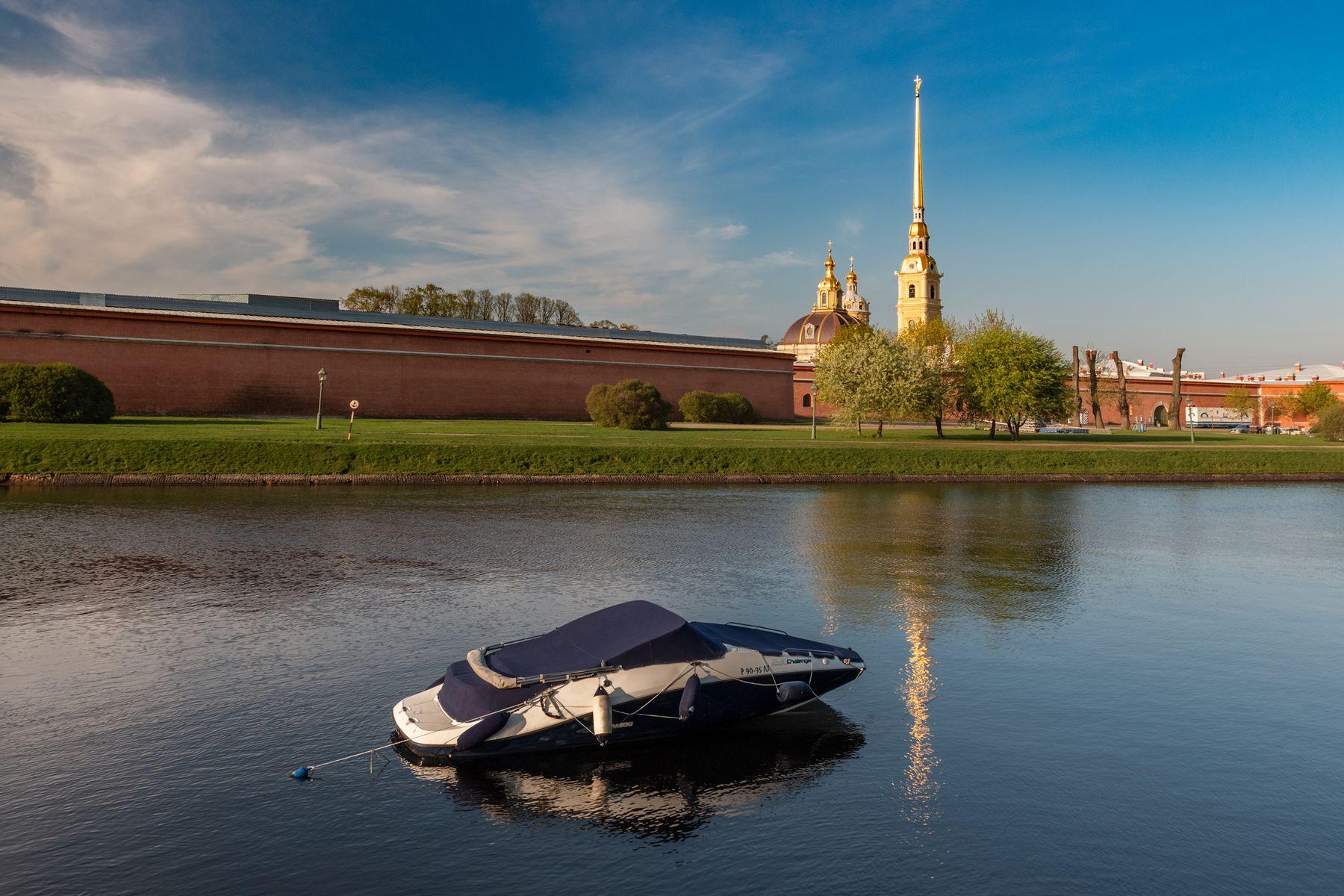 Цветные сны сине-белого катера Санкт-Петербург утро катер вода отражение Петропавловский собор Петропавловская крепость