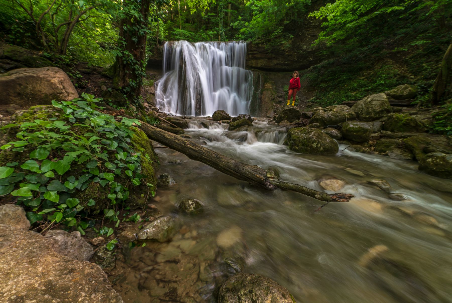 У большого Каверзинского водопада Горы скалы водопад лес турист