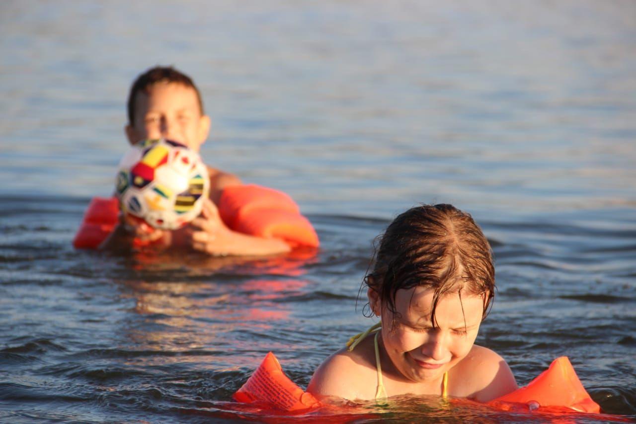 Обиделась Водоём вода озеро купание в озере лето летом на дети купаются воде теплая водичка обида обидно обидели обидел игра с мясом мяч летние забавы летним жарким днём жаркое август августе игры мальчик мячом девочке девочка обиделась