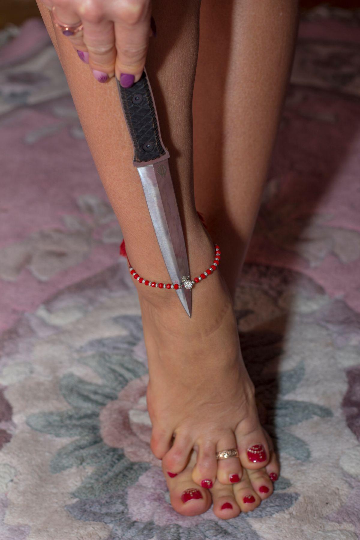 танец с ножом нож ноги маникюр модель танец