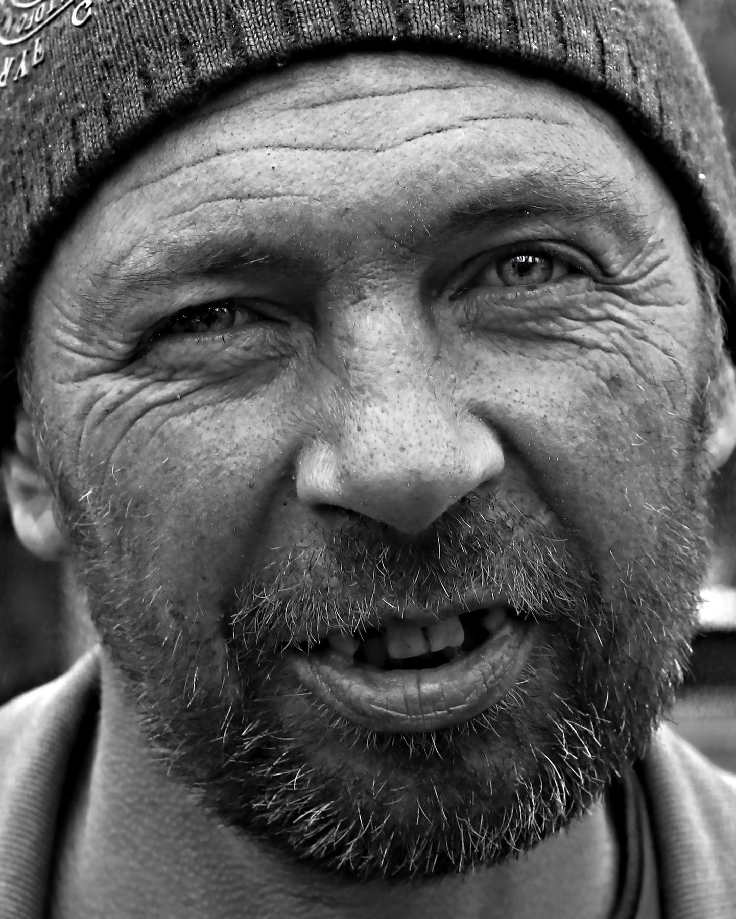 Сергей- бездомный портрет ЧБ жанр стрит глаза жизнь