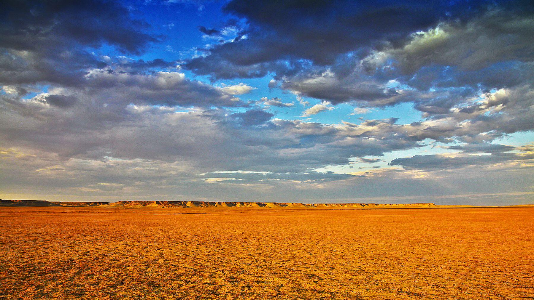 лёд и пламень, линия соприкосновения степь облака над степью рыжая земля