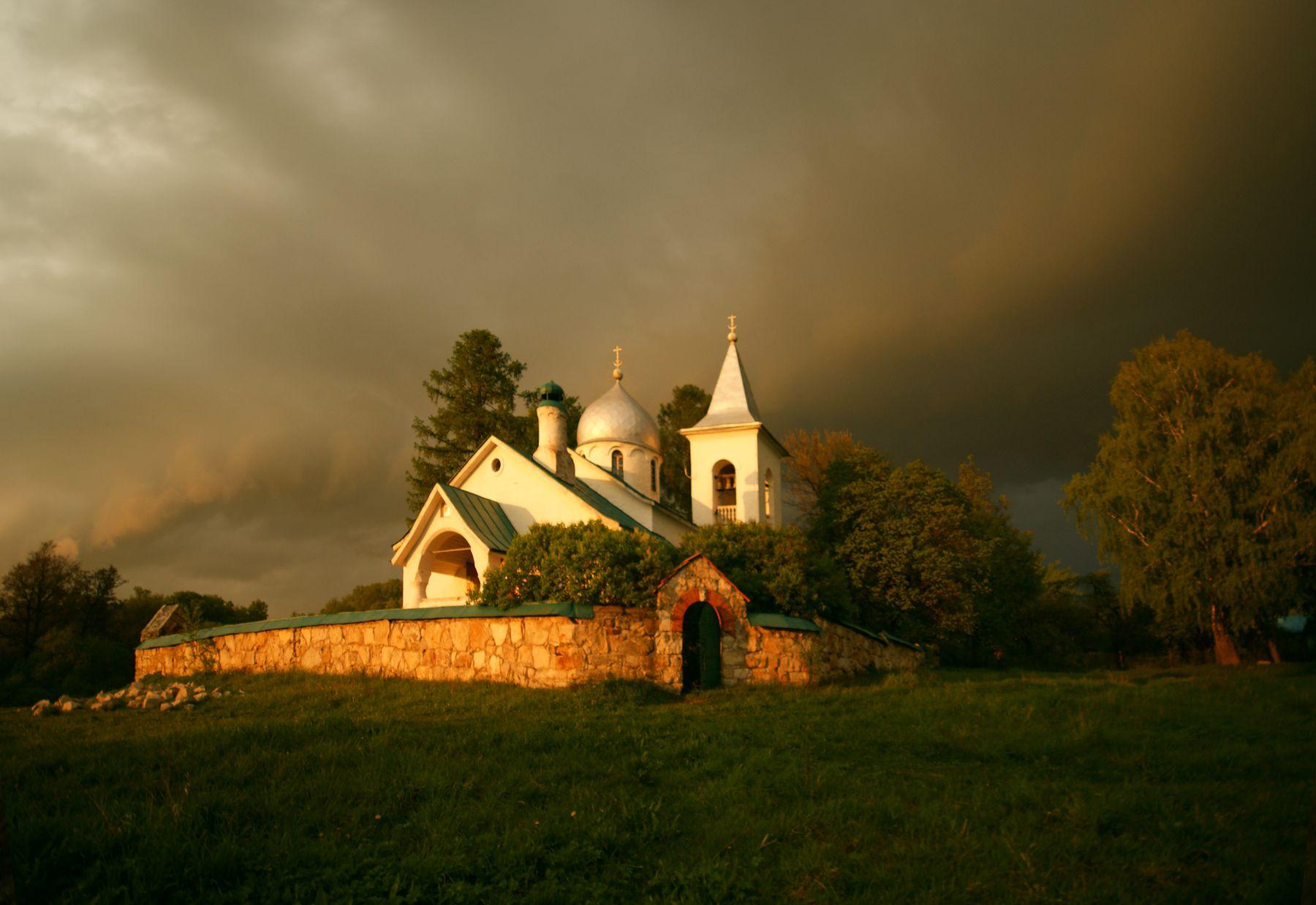 Грозовой фронт прошел Бехово Церковь Святой Троицы