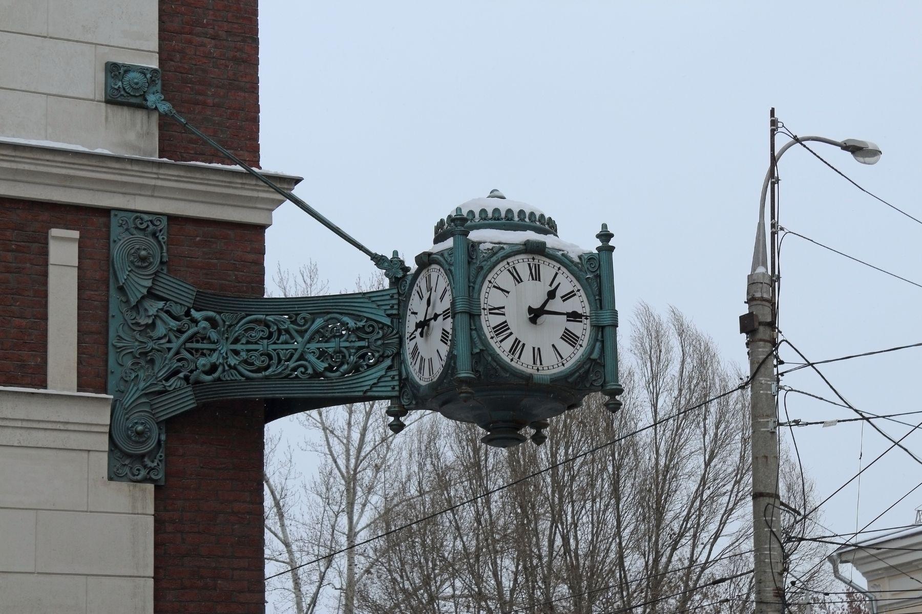 13:15 Дом парапет часы время кирпичи столб деревья провода пасмурно