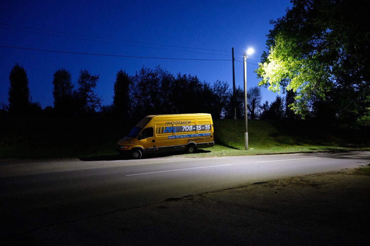 Спящий автомобиль 2 вечер автомобиль фонарь деревья ветви дорога небо