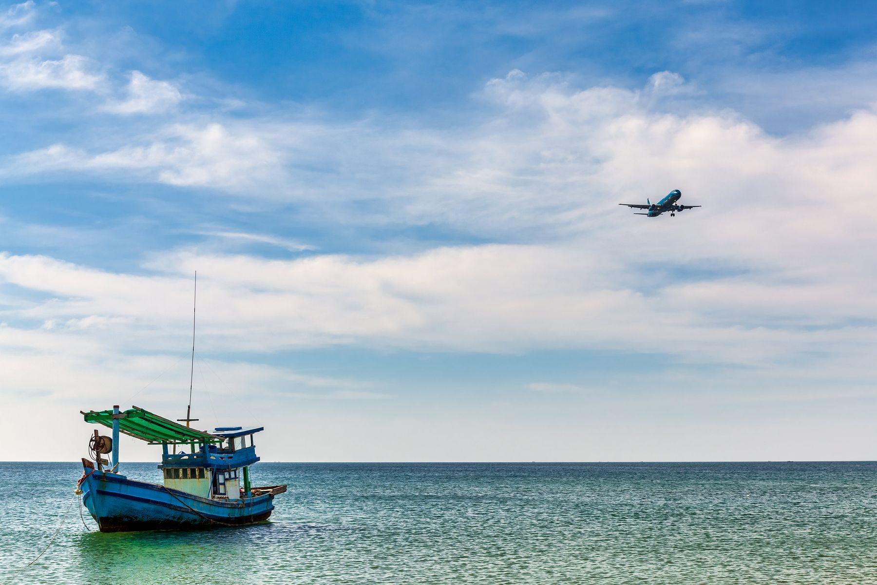 Расходимся самолет кораблю море Фукуок Вьетнам