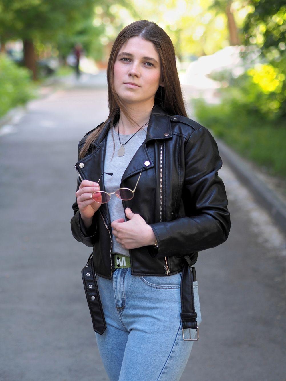 Екатерина Девушка прекрасная портрет очки кожанка