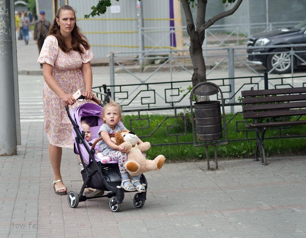 С коляской... девушка коляска дети город лето