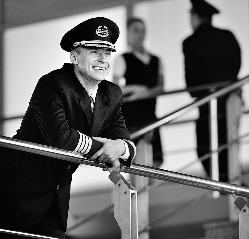 «Любите девушки простых романтиков, Отважных лётчиков и моряков....»