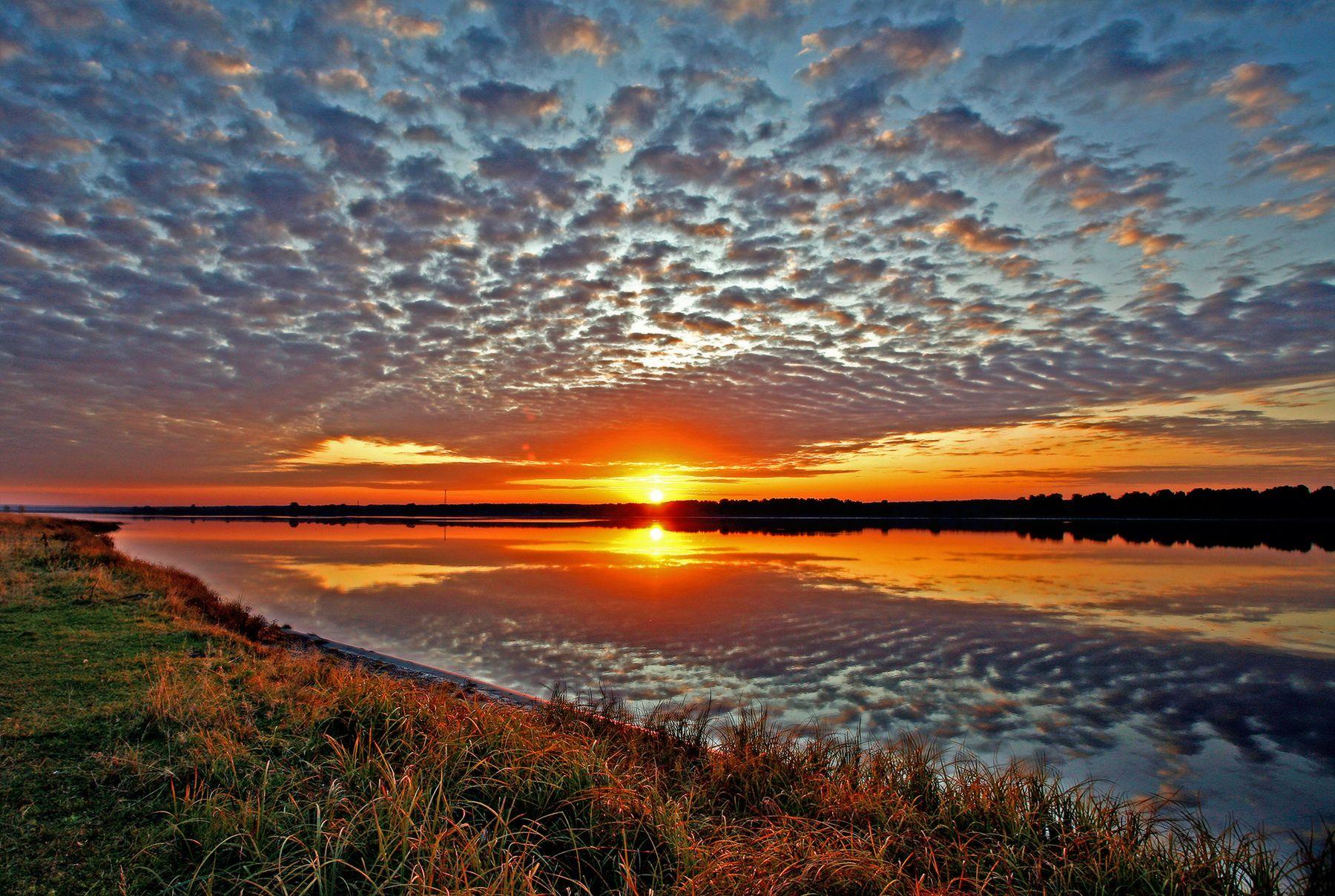 Осенний восход Восход солнца облака отражение