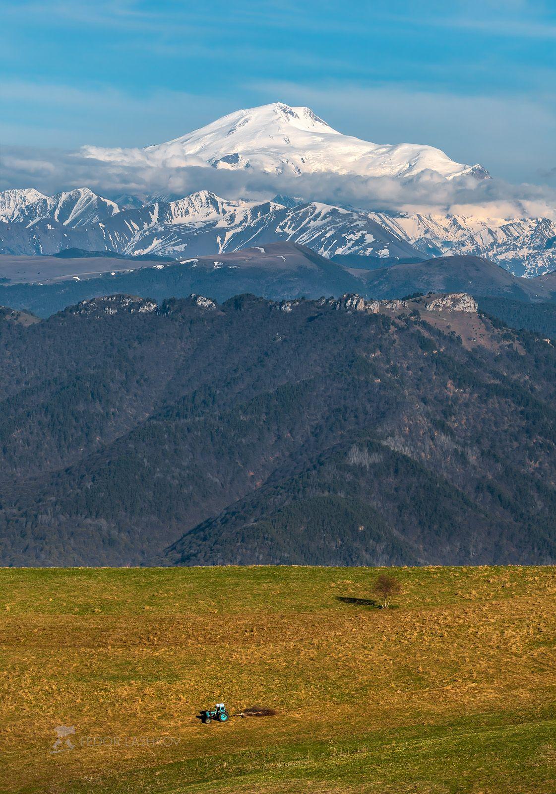 Весенние контрасты Северный Кавказ Карачаево-Черкесия луг гора вершина путешествие Эльбрус весна синий дневное трактор работа
