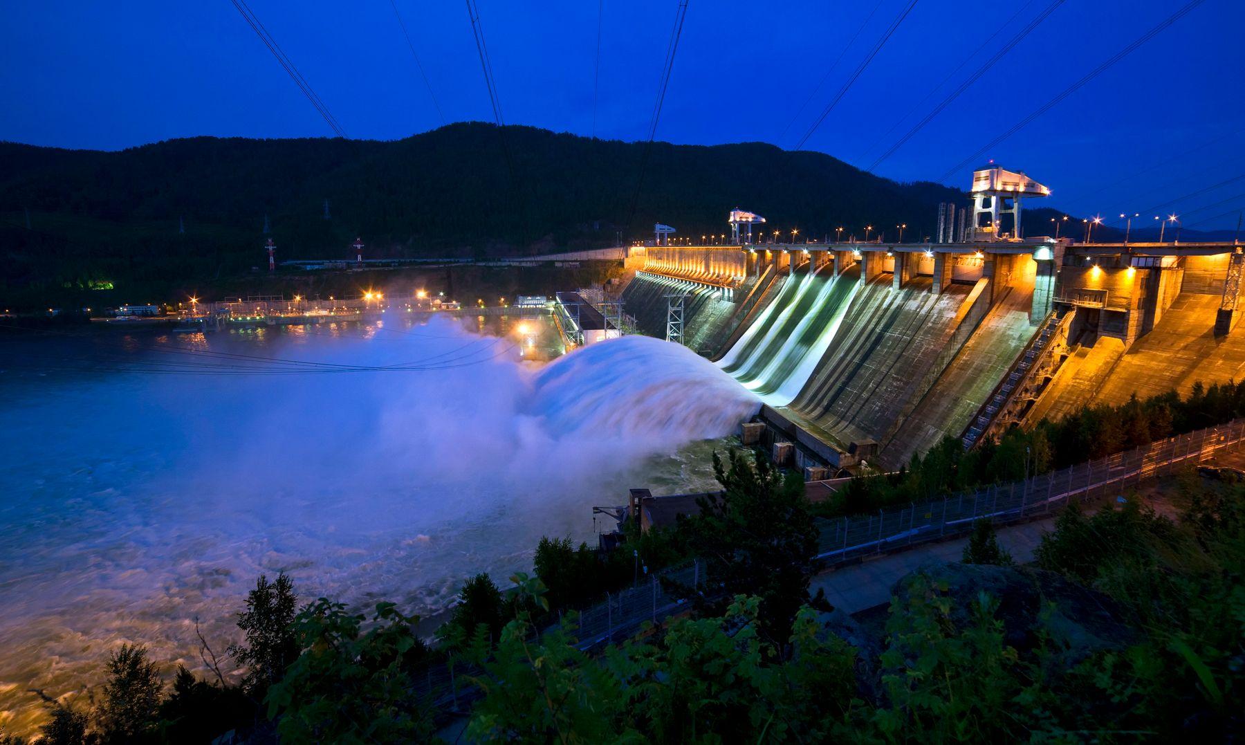 Красноярская ГЭС. Вечер, водосброс. Красноярская ГЭС Енисей лето июнь вечер водосброс подсветка