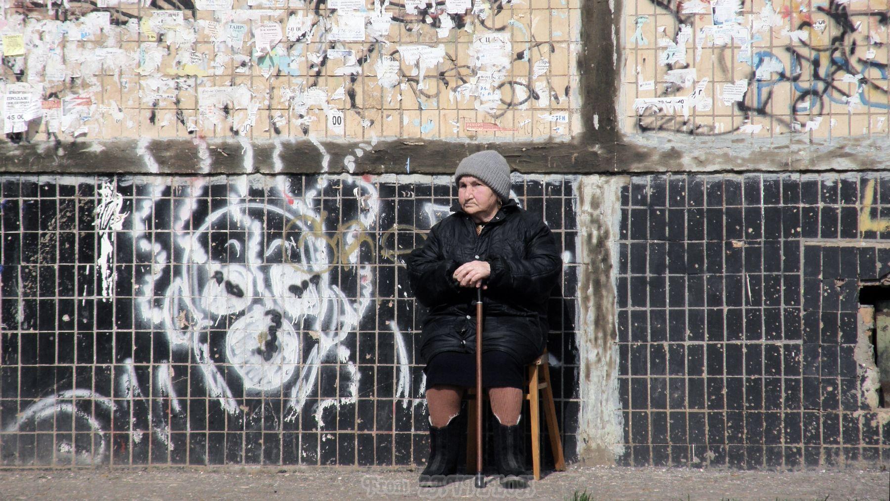 Стены 01. Старость. Стена старуха греется апрель граффити