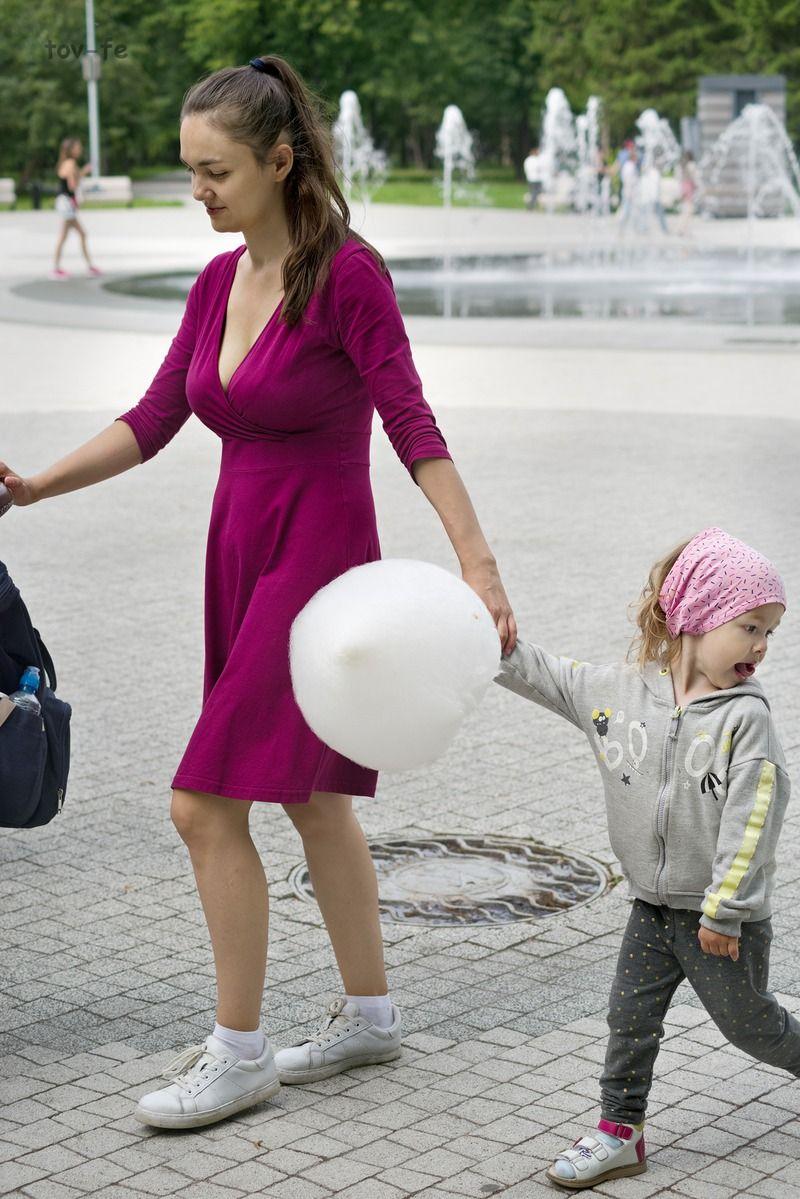 С сахарной ватой мамаша дочка парк фонтан город лето