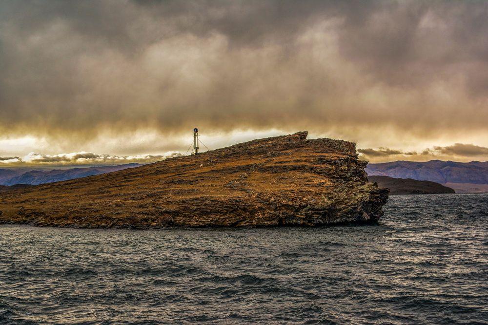 Непогода в Сахюрте Непогода переправа на Ольхон Сахюрта мыс облака Байкал свинцовая вода