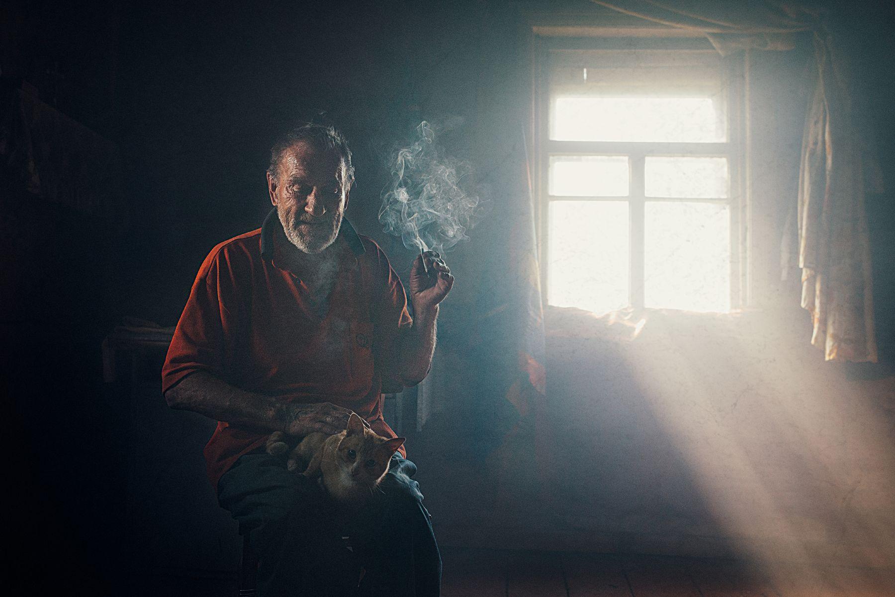 Единственный друг portrait man cat life smoke light