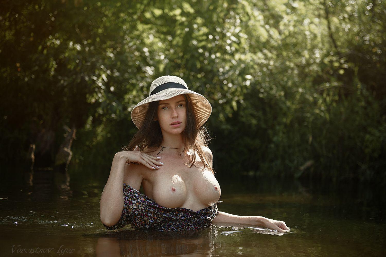 Жара. девушка ню грудь обнажённая красивая голая река природа