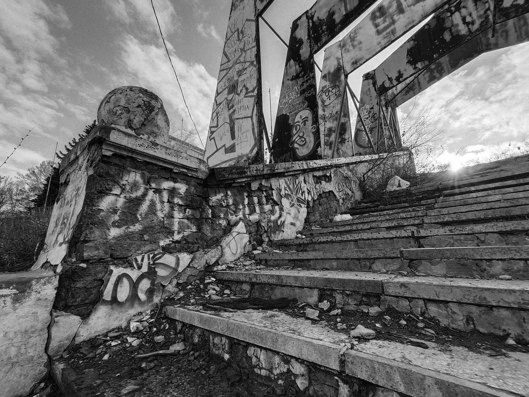 На заре нового заката... город постройка строение стадион ступеньки ступени шар арт стритарт граффити заря закат небо облака атмосфера чёрный белый чернобелый монохром фото