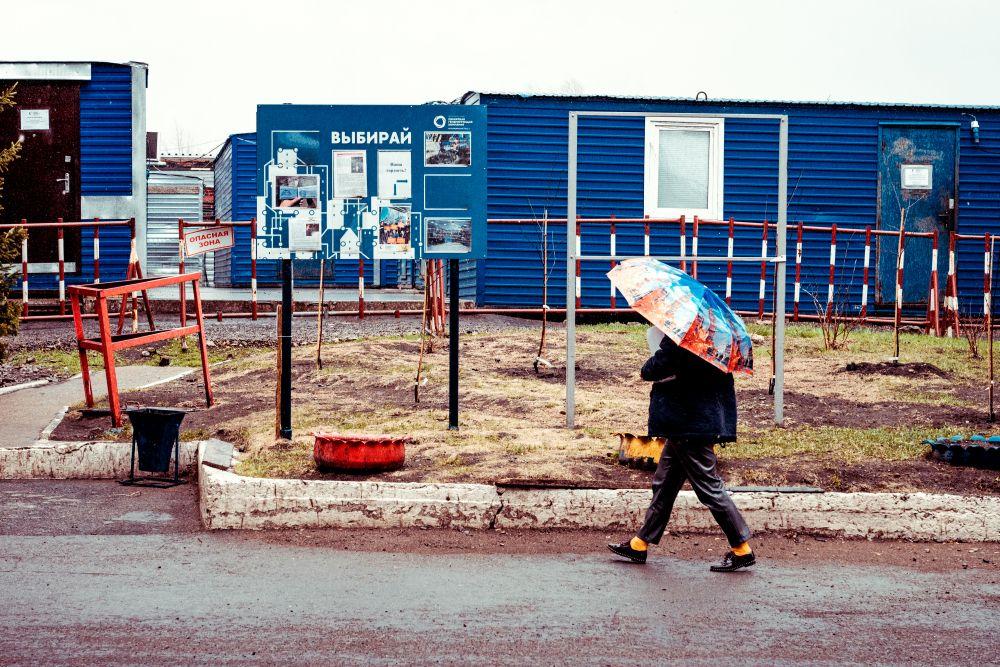 Из серии «Такая работа» работа дело профессия люди труд инсайд журналистика репортаж Россия рабочий 2021 промышленность производство дождь территория женщина зонт синий