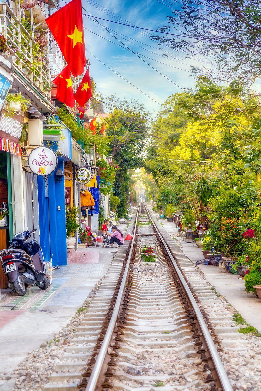 Вдоль железной дороги железная дорога Ханой Вьетнам railway Hanoi Vietnam