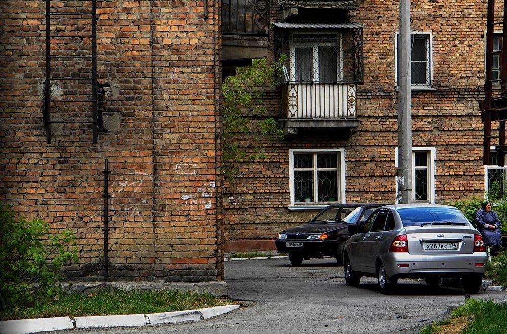 Дворик город двор автомобили стена окна