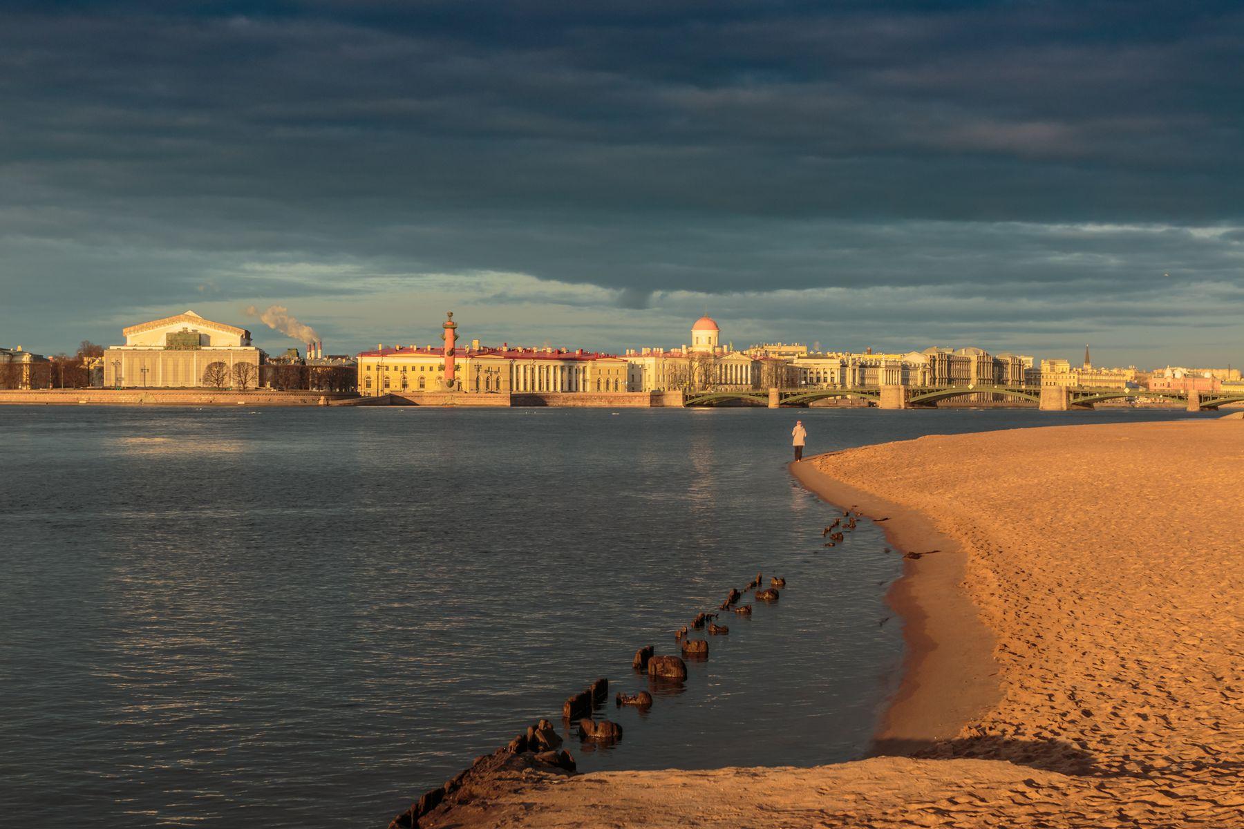 В смысловом центре Санкт-Петербург утро река песок Нева облака