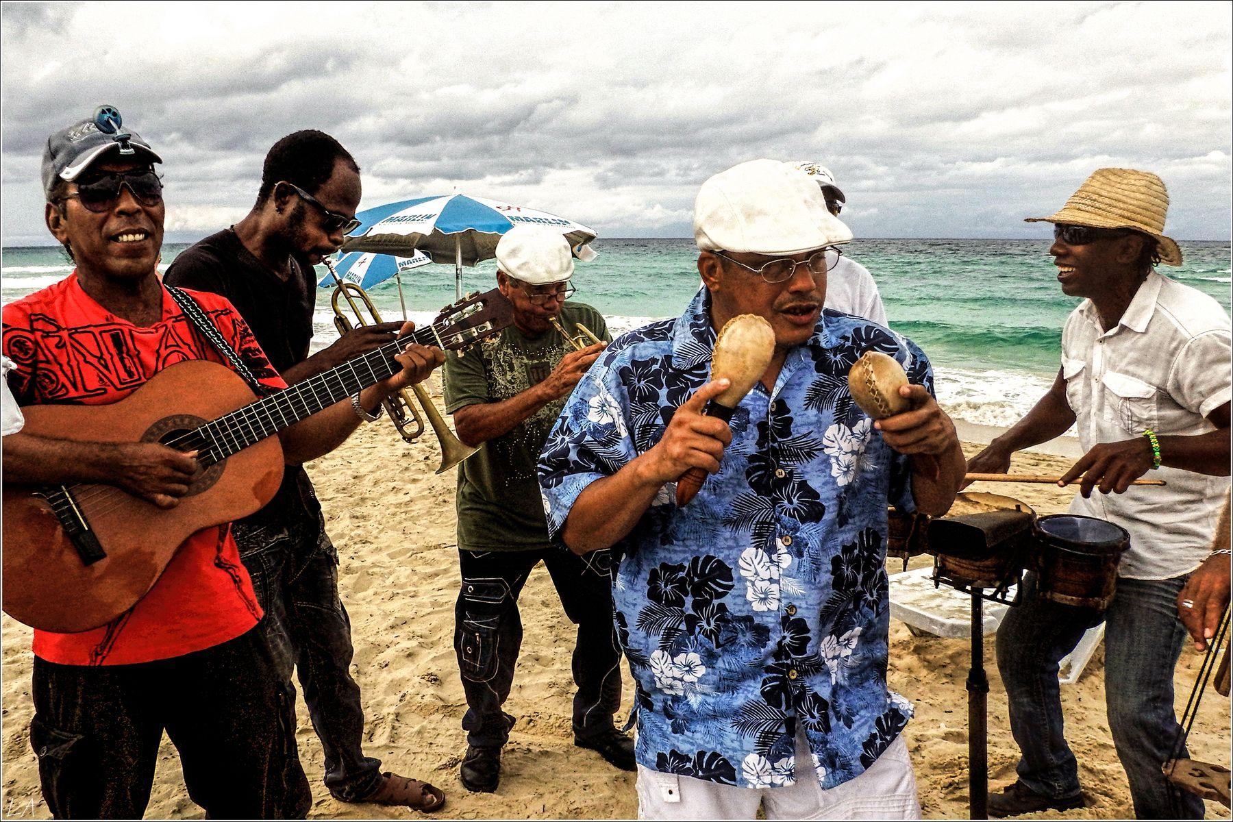 *Пляжный оркестрик на берегу Карибского моря* фотография путешествие Куба Санта Мария пляж море осень оркестр музыканты жанр Фото.Сайт Светлана Мамакина Lihgra Adventure