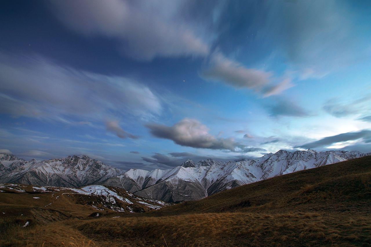 Вечернее Кавказ горы Осетия облака