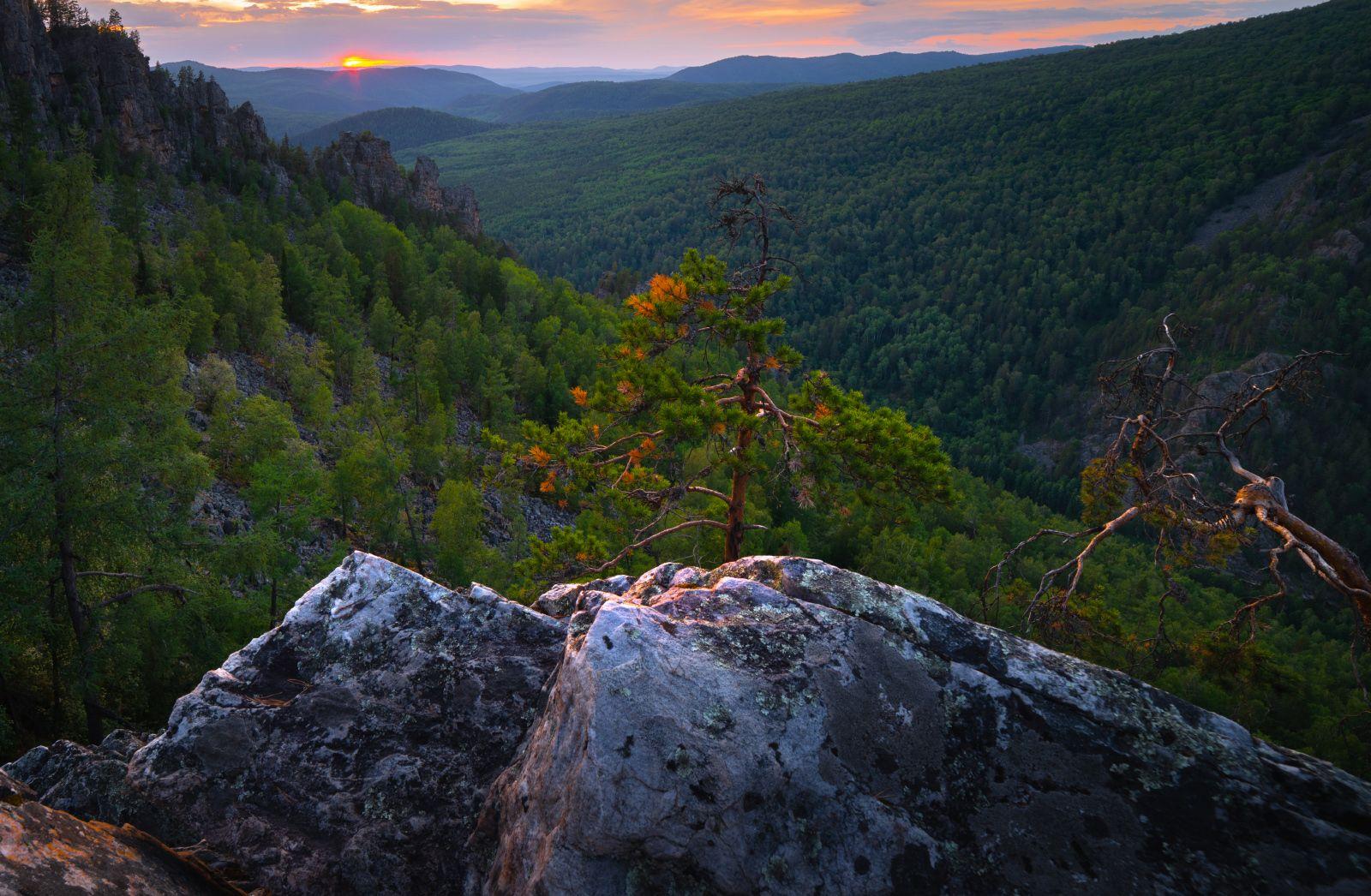 Провожая солнце пейзаж закат горы скалы Айгир Южный Урал деревья