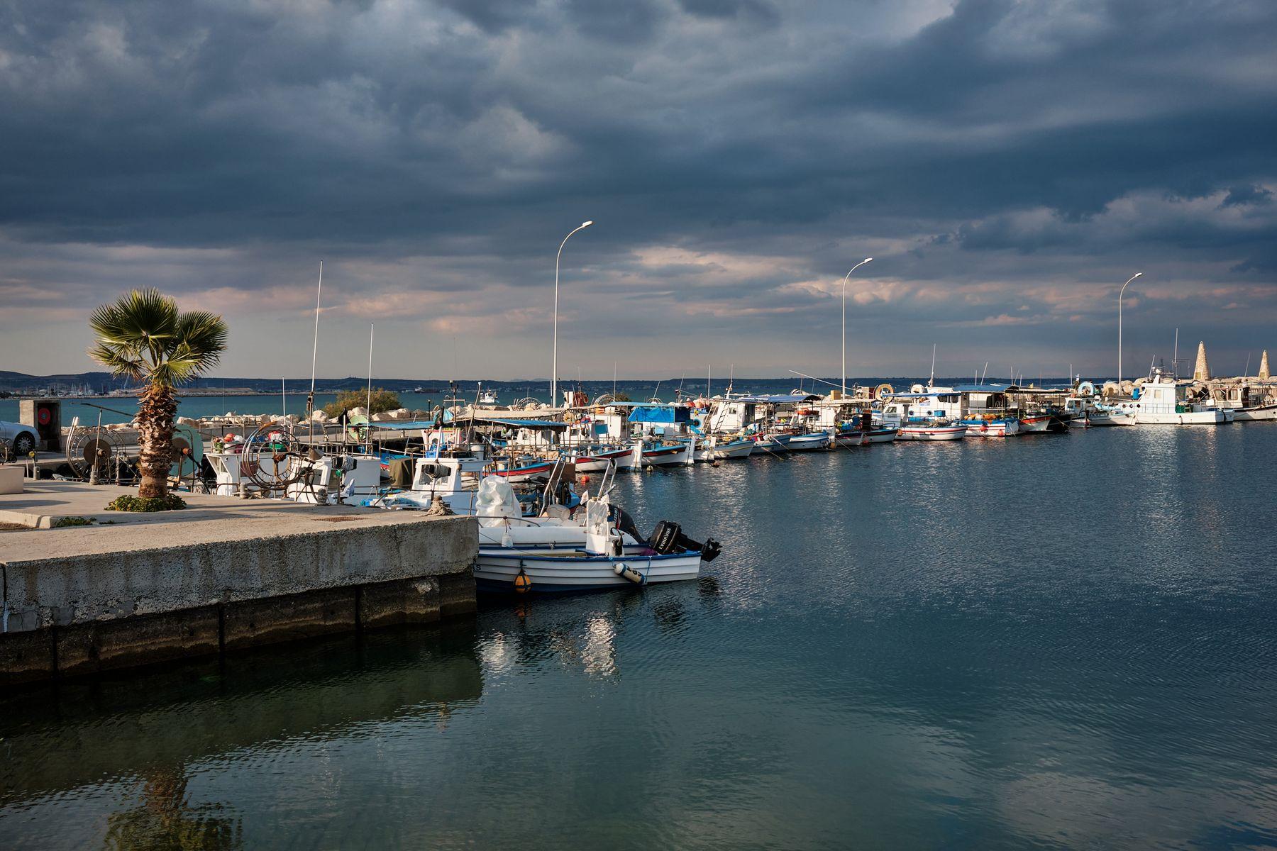 В рыбной гавани Ларнаки кипр море волнолом закат лодки ларнака