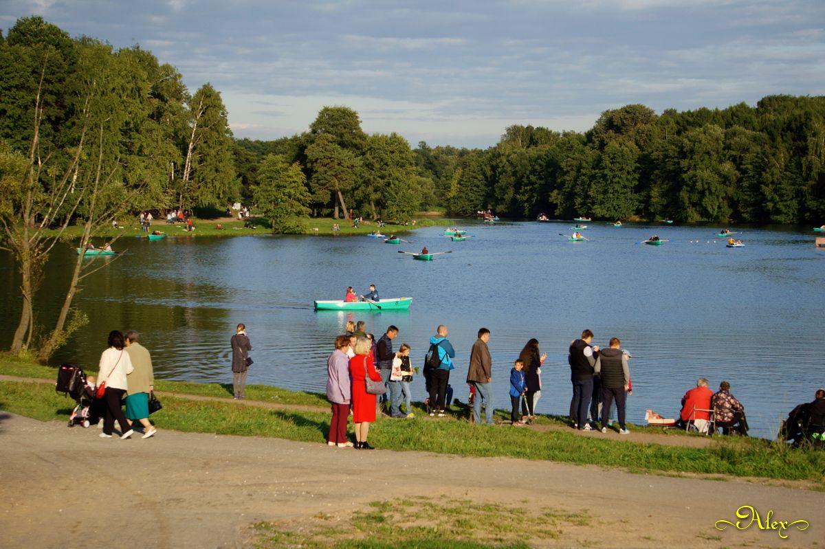 Кузьминский пруд пруд парк Кузьминки лодки люди природа пейзаж