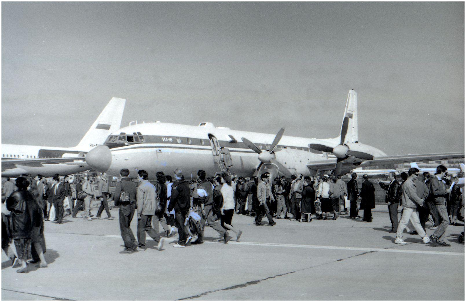 Ил-18 (1993 г.) Ил-18 авиация самолет стоянка Жуковский 1993