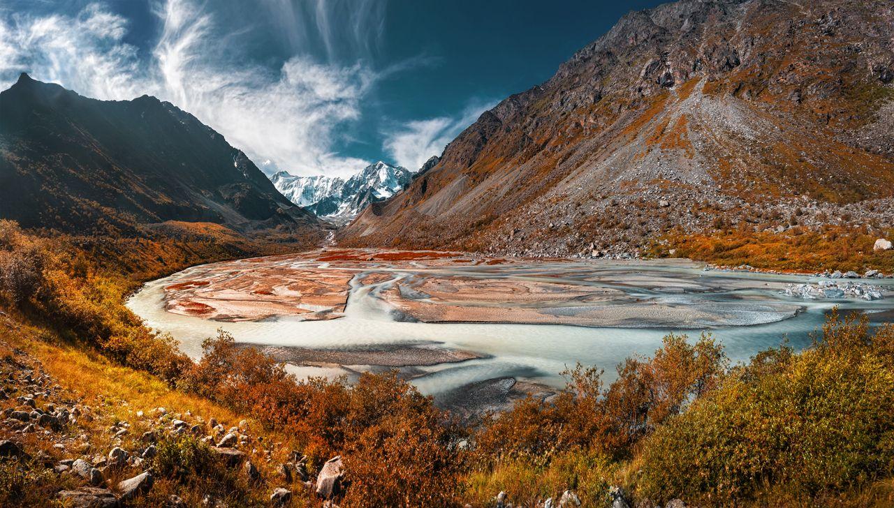 Гора Белуха Алтай Горы горный пейзаж альпинизм рассвет утренний оранжевые облака яркое утро путешествие