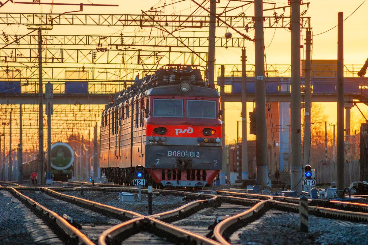ВЛ80С-1813 ВЛ80С-1813 сев сжд жд нея станция поезд транссиб транспорт