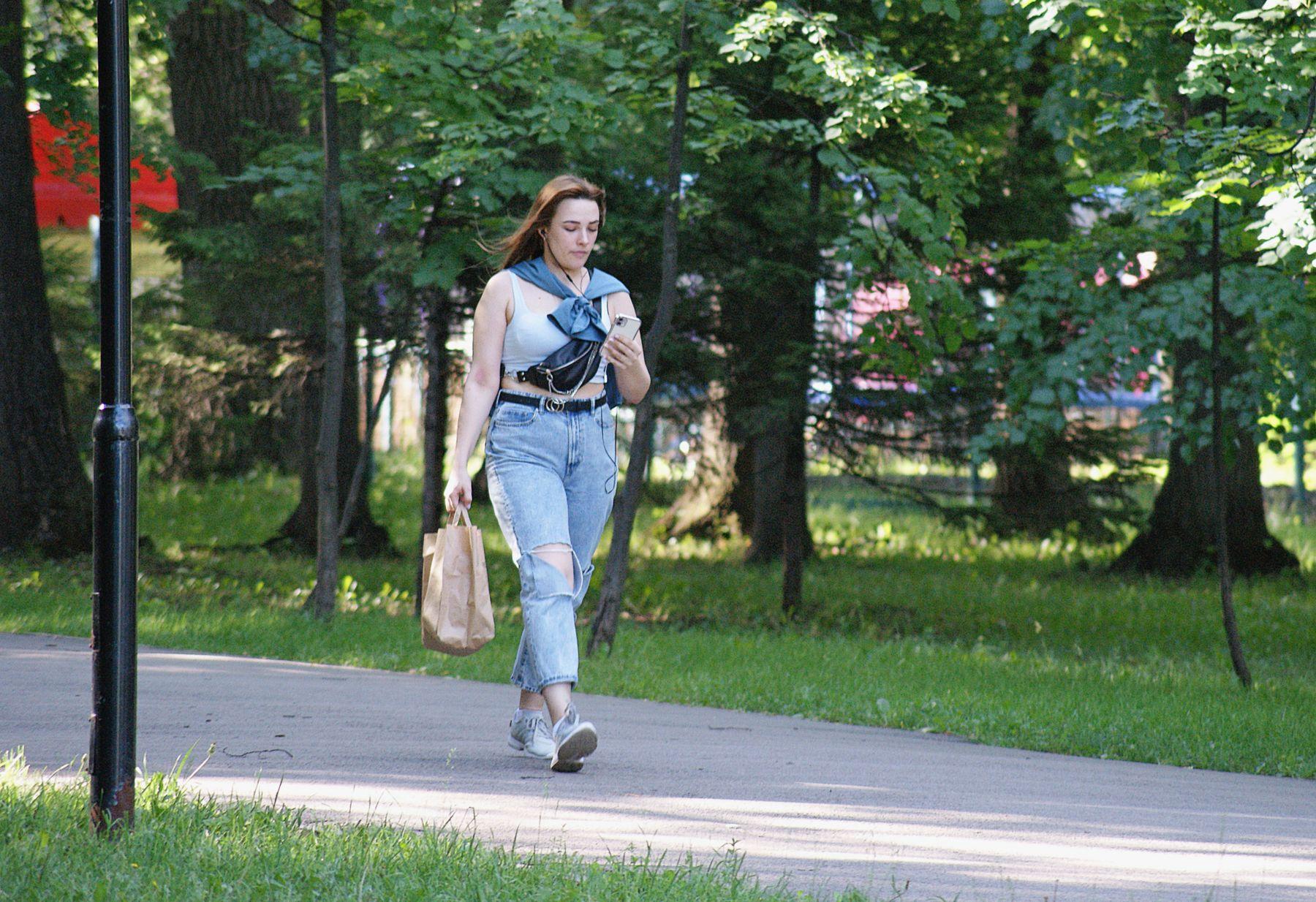 Летящей походкой.. лето июнь парк девушка