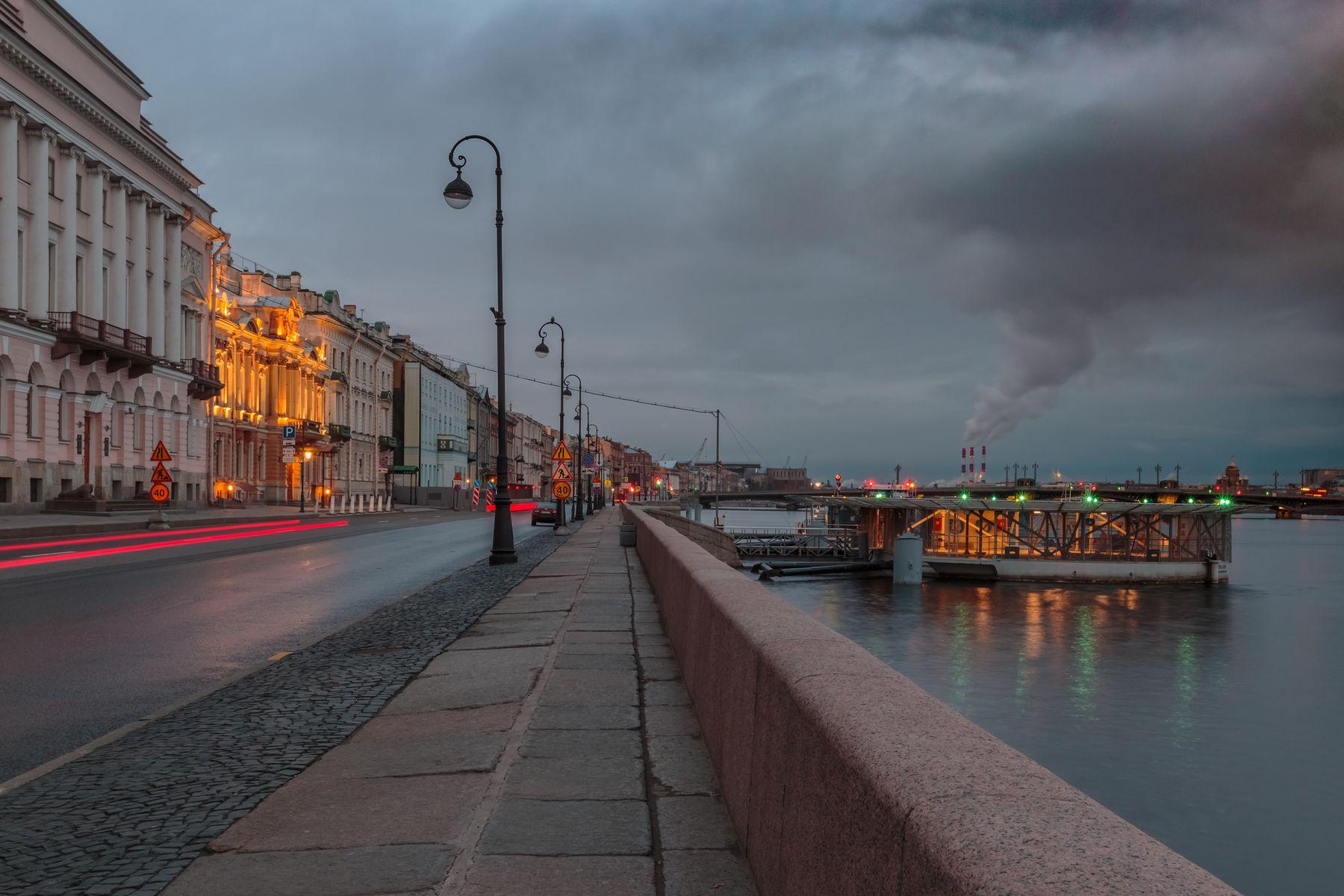 Тонкие красный линии позднего апреля Санкт-Петербург утро раннее река отражение Нева синий час