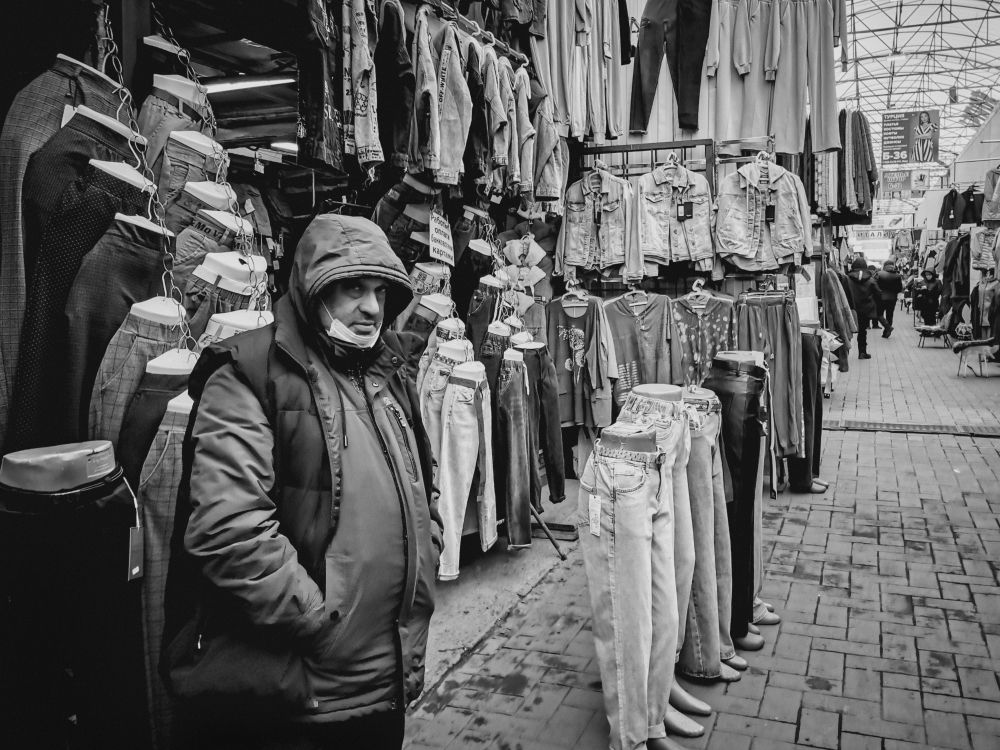 Из серии «Базарный день» Россия 2021 рынок базар покупки торговля стрит фото улица наблюдения жизнь продавец одежда мода мужчина джинсы лавка бутик