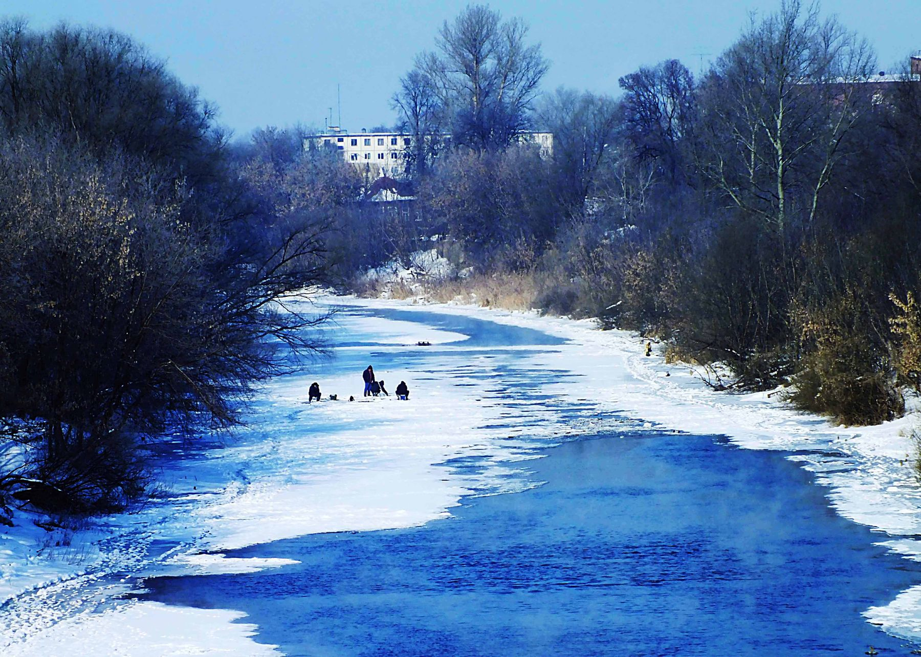 Последние льдины река лёд рыбаки