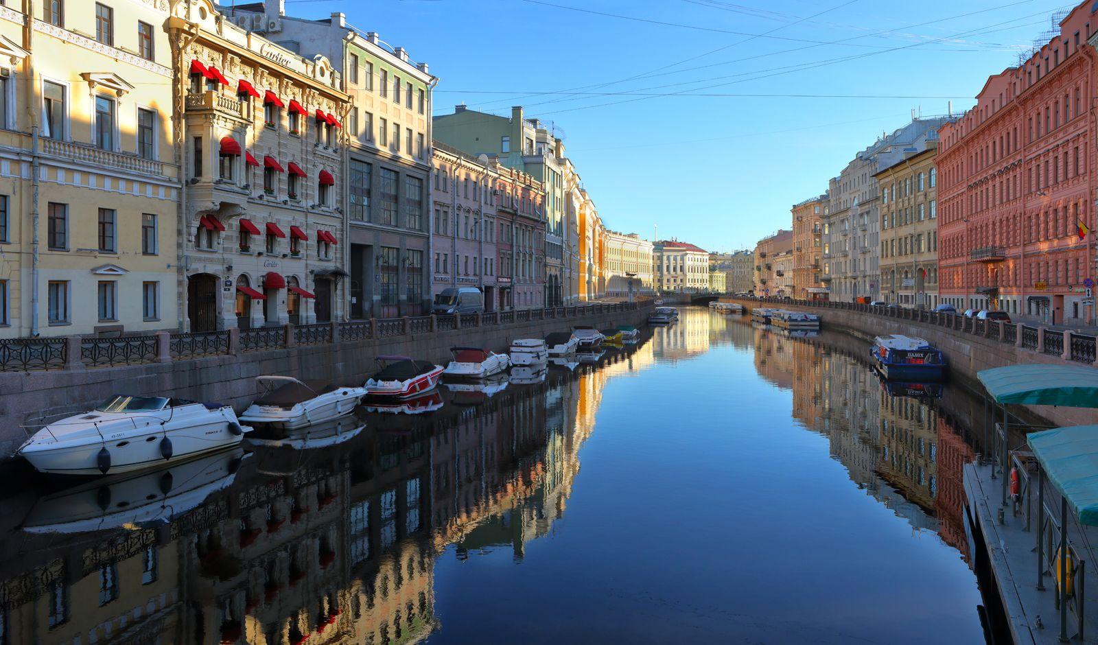 Санкт-Петербург - 2021 Санкт-Петербург Saint-Petersburg Мойка набережная река Эрмитаж рассвет катера штиль