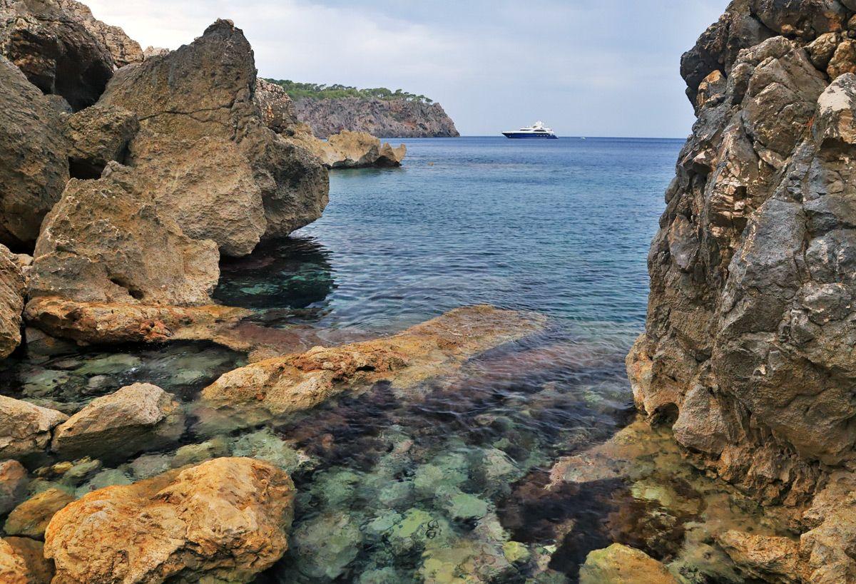 Скалистые побережья Майорки Майорка скалы побережье берег камень камни валуны море морской пейзаж яхта катер лодка вода океан красота Ритам Мельгунов
