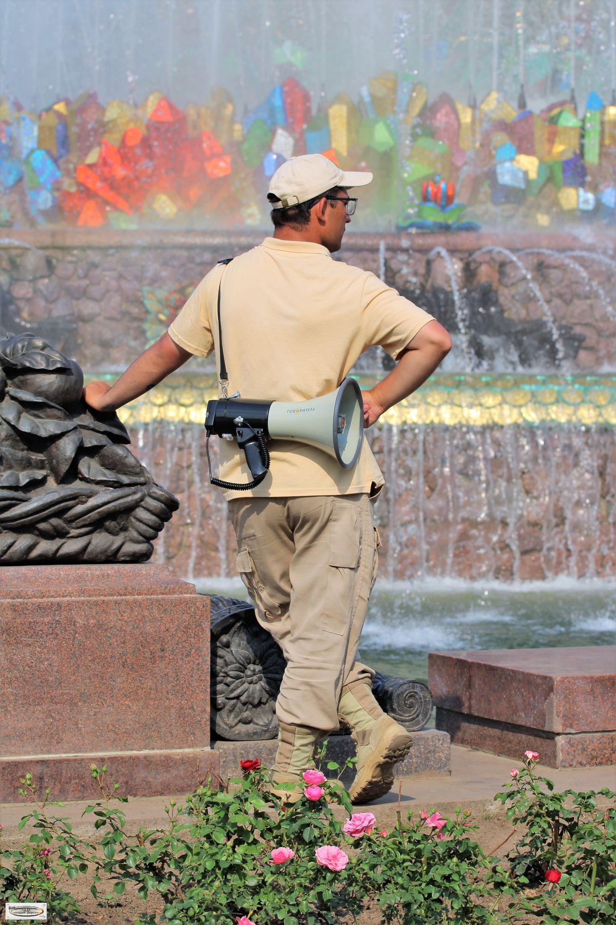 Любующийся на фонтаны, или Есть такая профессия фонтан охранник ВДНХ