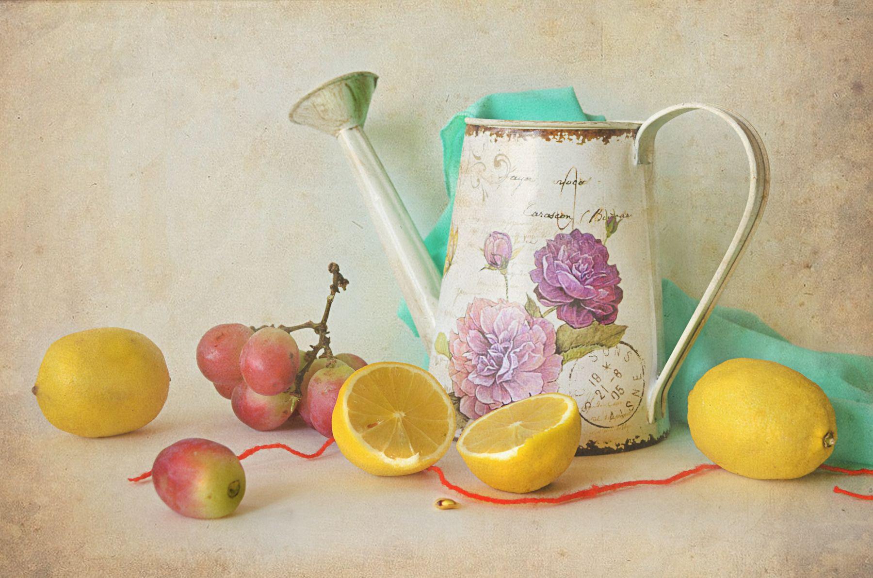 Слушая тишину... натюрморт стол предметы лейка цитрусы лимон виноград драпировка семечка верёвочка красная лента